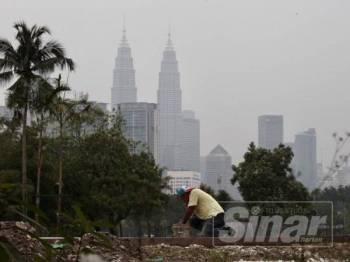 Jerebu di Kuala Lumpur mencecah paras sederhana dengan bacaan Indeks Pencemaran Udara (IPU) 84 pada jam 1.15 petang tadi. -  FOTO ZAHID IZZANI