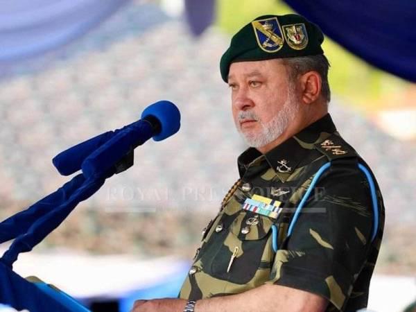 Sultan Ibrahim ketika menyampaikan titah ucapannya di Kem Iskandar, Mersing hari ini. -Foto: Royal Press Office