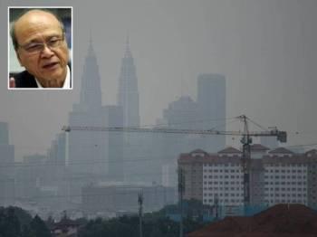 Menara Berkembar Petronas (KLCC) yang terjejas dengan jerebu akibat kebakaran hutan di lima wilayah di Indonesia ketika tinjauan di sekitar ibu kota semalam. Gambar kecil: Lam Thye