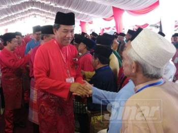 Mohamad Hasan bersalaman dengan ahli UMNO ketika merasmikan Persidangan UMNO Bahagian Pontian di sini hari ini.