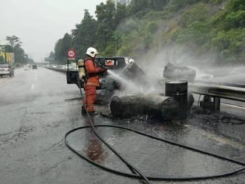 Kebakaran yang melibatkan sebuah lori membawa muatan diesel di Kilometer 23.5, Lebuhraya NKVE, hari ini.