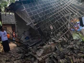 Bumbung sebuah rumah di Pandeglang, Banten runtuh selepas gempa bumi berkekuatan 7.4 magnitud melanda wilayah itu semalam.