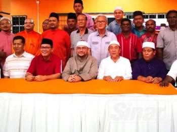 Mujahid bergambar bersama kepimpinan Amanah Kawasan Sabak Bernam dan tetamu yang hadir pada Program Dialog Rahmatan Lil Alamin Bersama NGO-NGO Islam dan Komuniti di Pusat Khidmat ADUN Sabak, di sini malam tadi.