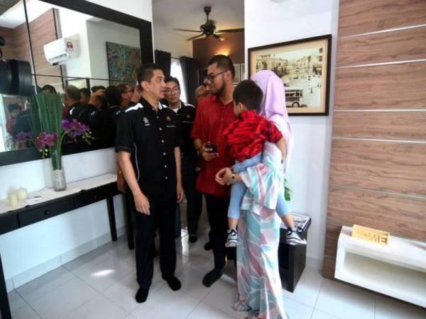 Azmin beramah mesra dengan pemilik rumah Hisham Syafie dan isterinya Ku Marshila Ku Azhar semasa melakukan lawatan pada Majlis Penyerahan Kunci Rumah Casa Anggun, semalam.