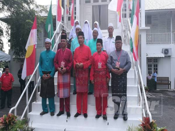 Hasni (dua dari kiri) sewaktu perasmian Persidangan UMNO Bahagian Pontian semalam.