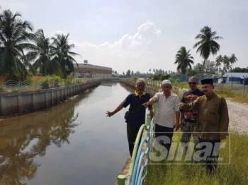Mohd Zaid (dua dari kiri) dan Mohd Khusarni (dua dari kanan) bersama wakil masyarakat di sekitar Kuala Besut menunjukkan alur Sungai Nail yang mempunyai potensi besar untuk dimajukan sekiranya jambatan ditinggikan.