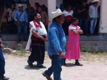 Datuk Bandar San Andrés Puerto Rico, Javier Jimenez dan pembantunya, Luis Ton diarak dengan pakaian wanita.