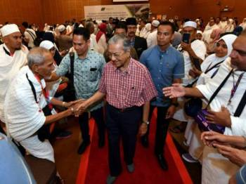 Dr Mahathir bersalaman dengan para bakal haji semasa majlis mengucapkan selamat jalan kepada jemaah haji itu ke Tanah Suci Musim Haji 1440/2019M di Kompleks Tabung Haji Sepang hari ini. -Foto Bernama