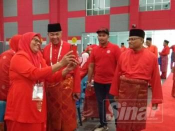 Ahmad Zahid sempat melayan permintaan seorang perwakilan wanita untuk berswafoto sebelum mesyuarat bermula.