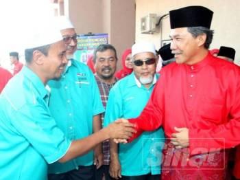 Mohamad (kanan) bersalaman dengan wakil daripada Pas yang turut hadir pada Persidangan UMNO Bahagian Tasek Gelugor petang tadi.