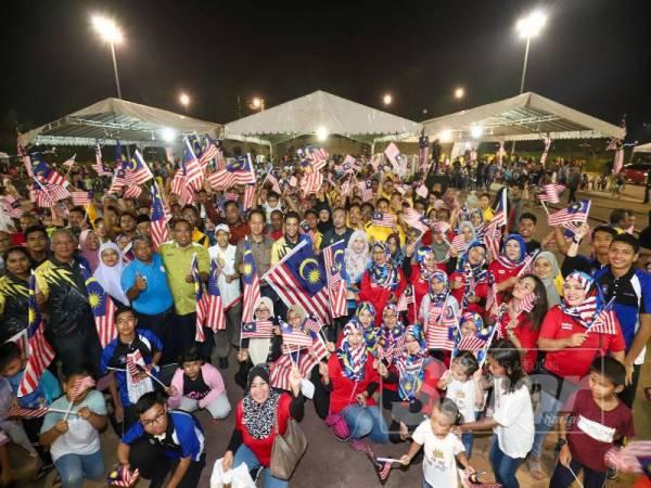 Lebih 5,000 pengunjung memeriahkan pelancaran Bulan Kebangsaan dan Kempen Kibar Jalur Gemilang peringkat negeri di Bulatan Sultan Azlan Shah di sini malam tadi.