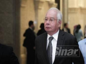 Bekas Perdana Menteri, Datuk Seri Najib Razak meninggalkan pekarangan Mahkamah Rayuan Putrajaya di sini hari ini. - FOTO ZAHID IZZANI
