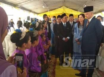 Sultan Nazrin dan Tuanku Zara beramah mesra bersama murid yang hadir pada majlis perasmian tersebut.
