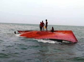 Empat awak-awak bot terbalik berjaya menyelamatkan diri sebelum menunggu bantuan APMM.
