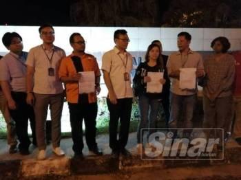 Marina (empat dari kanan) bersama pemimpin DAP Kulai menunjukkan laporan polis yang dibuat di IPD Kulai, malam semalam.
