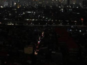 Lebih 100 juta penduduk terpaksa bergelap akibat krisis bekalan kuasa elektrik terputus secara besar-besaran semalam.