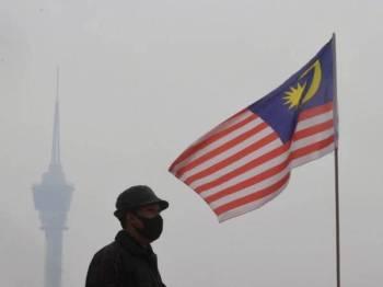 Bandar Kuantan diselubungi jerebu menyebabkan Indeks Pencemaran Udara (IPU) mencatatkan tahap sederhana di bawah bacaan 100. -Foto Bernama