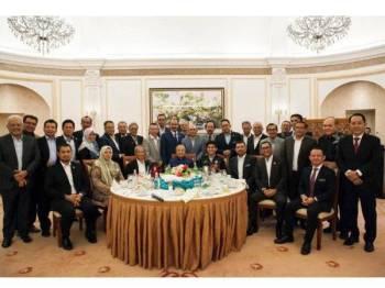 Dr Mahathir Mohamad hari ini mengadakan perjumpaan tertutup dengan Ahli Parlimen, Senator dan Menteri Besar dari Bersatu. -Foto Twitter Syed Saddiq