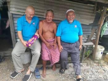 Pak Dollah (tengah) ceria dikunjungi pihak KKCK di kediamannya di Banggol Jenerih.