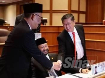 Mukhriz (tengah) melihat Exco Kerajaan Tempatan, Tan Kok Yew (kanan) bersalaman dengan Exco Agama, Datuk Dr Ismail Salleh (kiri) pada Persidangan Dewan Undangan Negeri (DUN) Kedah Ke-14 di Wisma Darul Aman di sini hari ini.