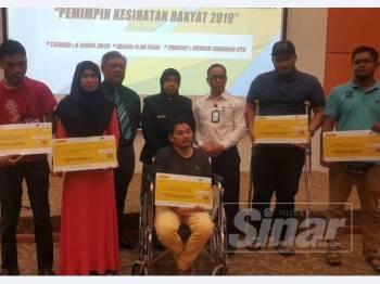Farihah (tengah) bersama penerima faedah Perkeso yang hadir ke Program Bersama Pemimpin Masyarakat, Pemimpin Kesihatan Rakyat 2019 di Kuala Terengganu Specialist Hospital (KTS) di sini.