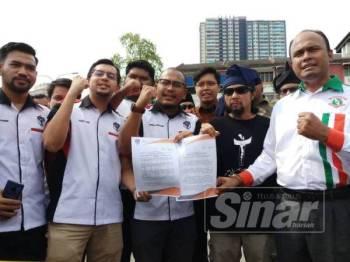 Mohd Ashraf (tengah) dan wakil-wakil NGO menunjukkan memorandum yang diserahkan kepada Dong Zong di hadapan Ibu Pejabat Dong Zong di Kajang hari ini.