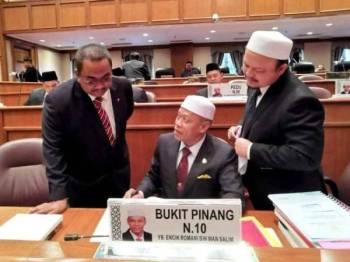 Muhammad Sanusi (kiri) berbincang dengan wakil rakyat Pas sebelum sesi persidangan bermula.