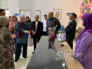 Mohd Amar (dua dari kiri) bertanya mengenai perkhidmatan disediakan dalam Rumah Ronald McDonald.