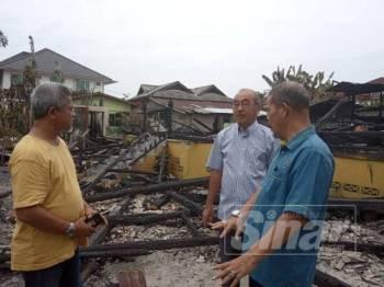 Anuar Tan turun padang melihat sendiri lokasi kebakaran yang berlaku di Kampung Dusun Muda, Kota Bharu malam tadi.