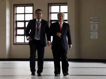 Saksi pendakwaan ke-56, Ahmad Husni (kanan) hadir memberi keterangan di Mahkamah Tinggi hari ini pada perbicaraan kes Najib membabitkan dana SRC International Sdn Bhd. - Foto Bernama