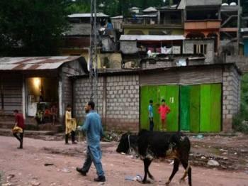 Kira-kira 250 orang tinggal di kem pelarian Manak Paiyan berhampiran Muzaffarabad.