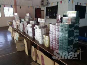 Sebahagian rokok seludup pelbagai jenis yang dirampas oleh anggota Polis Marin dalam dua serbuan di sekitar Sitiawan.