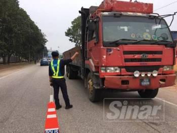 Pemeriksaan turut dilakukan ke atas kenderaan berat ketika Operasi Bersepadu dan Operasi Khas Pewa di Jalan Gebeng, semalam.