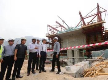 Jagdeep (tengah) dan Zairil (dua kanan) melawat tapak projek hari ini.