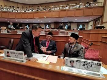 Kok Yew (kiri) berbual dengan Menteri Besar Kedah, Datuk Seri Mukhriz Mahathir (kanan) sambil diperhatikan Exco Agama, Datuk Dr Ismail Salleh (tengah) pada Sidang DUN Kedah ke 14 di Wisma Darul Aman, di sini hari ini.