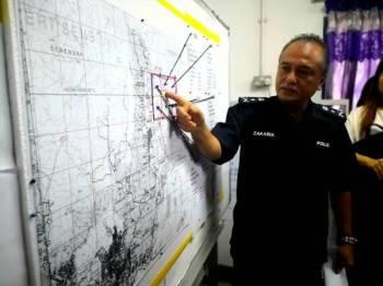 Che Zakaria menunjukkan peta lokasi pencarian mangsa