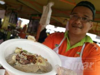 Helmi menunjukkan bakso durian yang dijual sempena Majlis Pelancaran Jualan Durian Day (Jualan Anak-beranak) dan Hari Bertemu pelanggan Pejabat FAMA Terengganu di sini semalam.