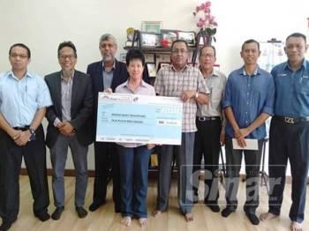 June Leow menyerahkan sumbangan sebanyak RM20,000 kepada Jawatankuasa Penaja Pembinaan Masjid Bukit Beruntung.