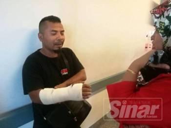 Wan Mohd Nussain yang retak tangan kanan ditemui di pekarangan Unit Rawatan Rapi (ICU) Hospital Serdang untuk melawat adiknya yang masih koma.