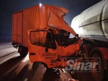 Kemalangan membabitkan lori muatan barang kurier dengan lori tangki minyak sawit di lorong kecemasan di Kilometer 433 Lebuh Raya Utara Selatan arah Selatan awal pagi tadi.