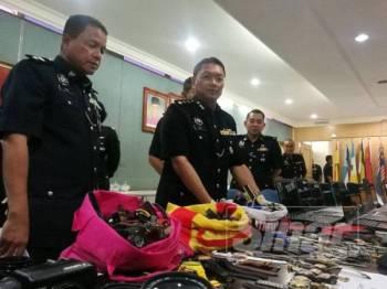 Nor Azmi (tengah) menunjukkan antara rampasan barang curi susulan tertangkapnya empat suspek di Kampung Tasik Permai Ampang baru-baru ini.