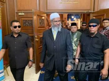 Zakir Naik semasa hadir ke Executive Talk di Kompleks Kota Darulnaim, di sini hari ini.