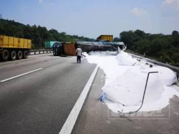 Treler yang terbalik menyebabkan tumpahan muatan kapur putih di Kilometer 432.6 Lebuh Raya Utara Selatan arah Selatan pagi tadi.