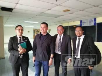 Jamal (kiri) bersama peguamnya di Mahkamah Majistret Ampang bagi kes pencerobohan di bawah Seksyen 448 yang masuk hari ketiga, hari ini.