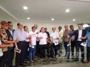 Amirudin (lima dari kiri) bersama pimpinan PH Selangor selepas Mesyuarat Dwi Bulanan PH negeri yang berlangsung di kediaman rasmi Menteri Besar hari ini.