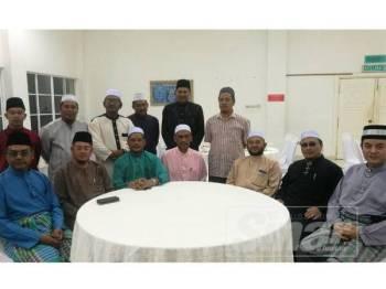 Exco Hal Ehwal Agama Islam dan Kesihatan Pahang, Datuk Seri Syed Ibrahim Syed Ahmad (duduk, tengah) turut hadir dalam program solat hajat di Masjid Negeri Sultan Ahmad Shah 1 semalam.