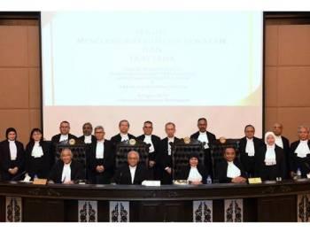 Tengku Maimun (duduk dua dari kanan) bergambar bersama hakim-hakim yang baharu dilantik selepas Majlis Mengangkat Sumpah Jawatan dan Taat Setia Hakim Besar Malaya, Hakim Mahkamah Persekutuan, Hakim Mahkamah Rayuan dan Hakim Mahkamah Tinggi di Istana Kehakiman hari ini. - Foto BERNAMA