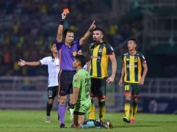 TFC beraksi 10 pemain selepas Muhd Ilham dilayangkan kad merah kerana menerjah keras Farhan Roslan pada minit ke-45. - Foto AHMAD ZAKI OSMAN