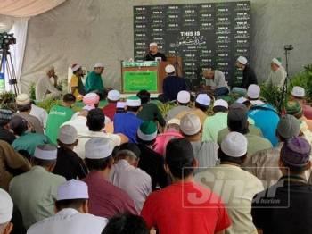 Tuan Ibrahim semasa menyampaikan kuliah Jumaat di Medan Ilmu, Kota Bharu hari ini.