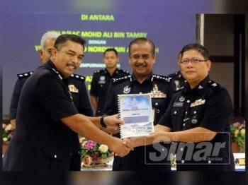 Razarudin (tengah) menyaksikan Majlis Serah Terima Tugas Ketua Polis Daerah Ipoh antara Senior Asisten Komisioner Mohd Ali Tamby kepada pemangkunya, Superintendan, Nordin Abdullah hari ini.